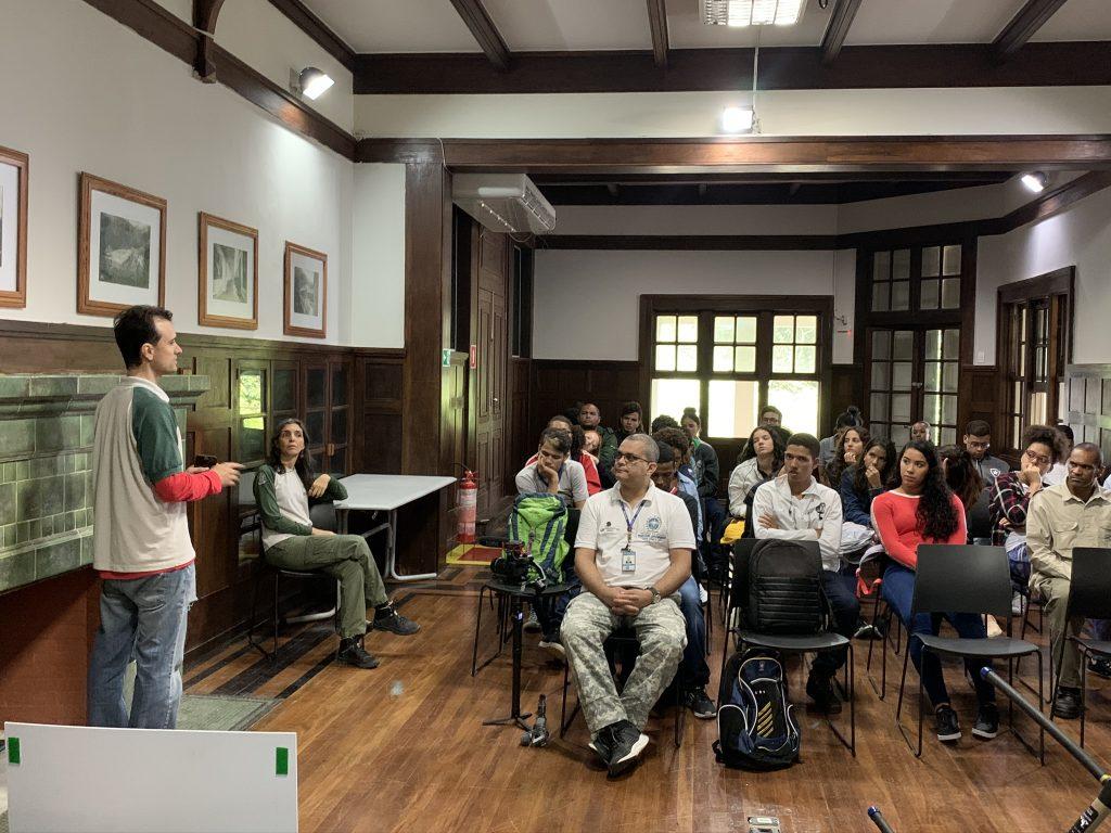 Alunos do Colégio Estadual Pedro Álvares Cabral em palesta na sede do Parque Nacional da Tijuca