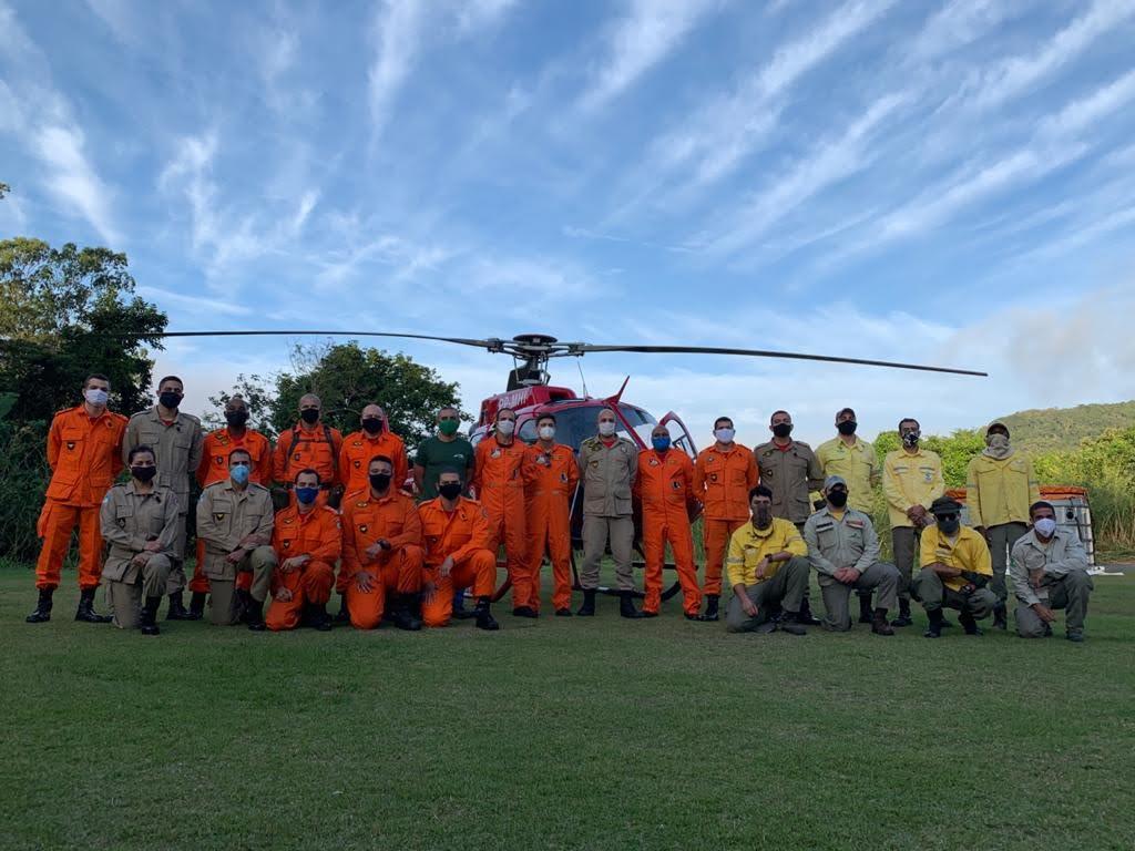 Imagem para mostrar boa parte da equipe que trabalhou no controle do incêndio no Parque Nacional da Tijuca