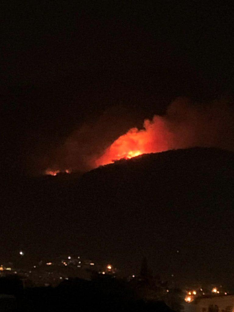 Imagem noturna do incêndio no Vale do Quitite, no Parque Nacional da Tijuca, em junho de 2020