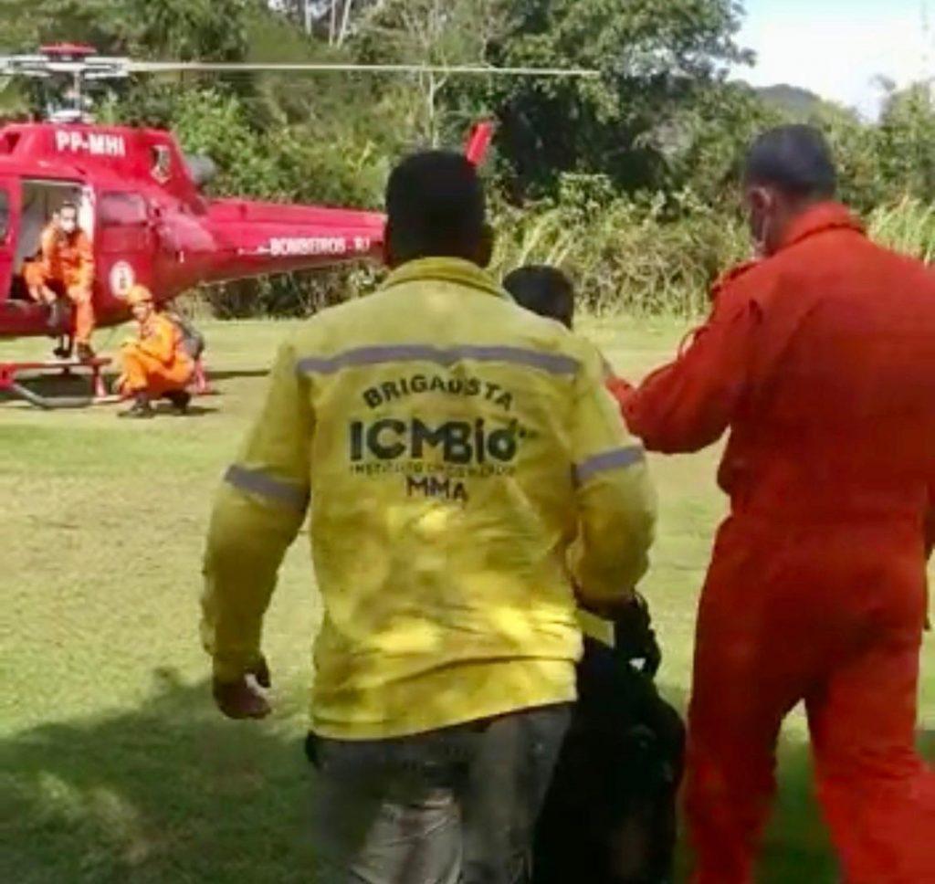 imagem mostra brigadista do parque nacional da tijuca embarcando para atuar em conjunto com o corpo de bombeiros