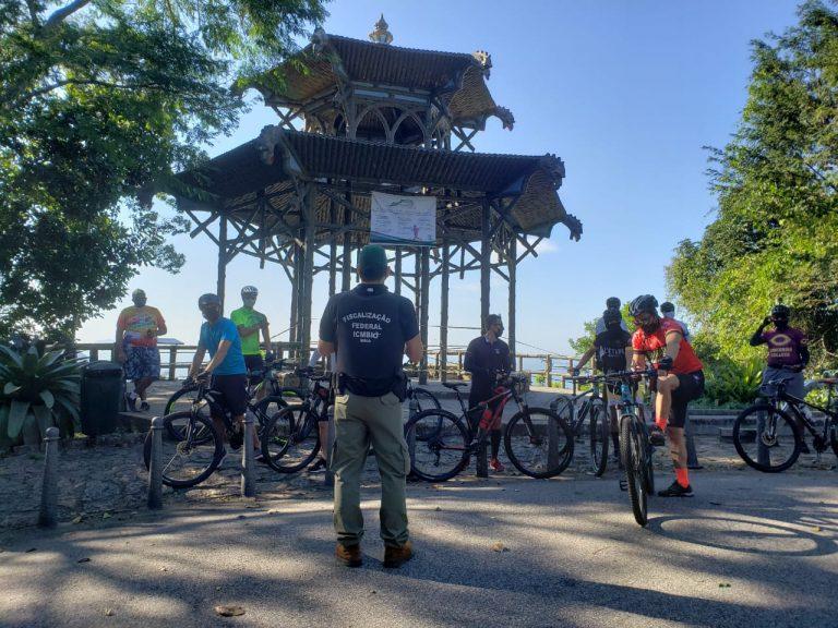 Fiscais e ciclistas na Vista Chinesa em dia de fiscalização
