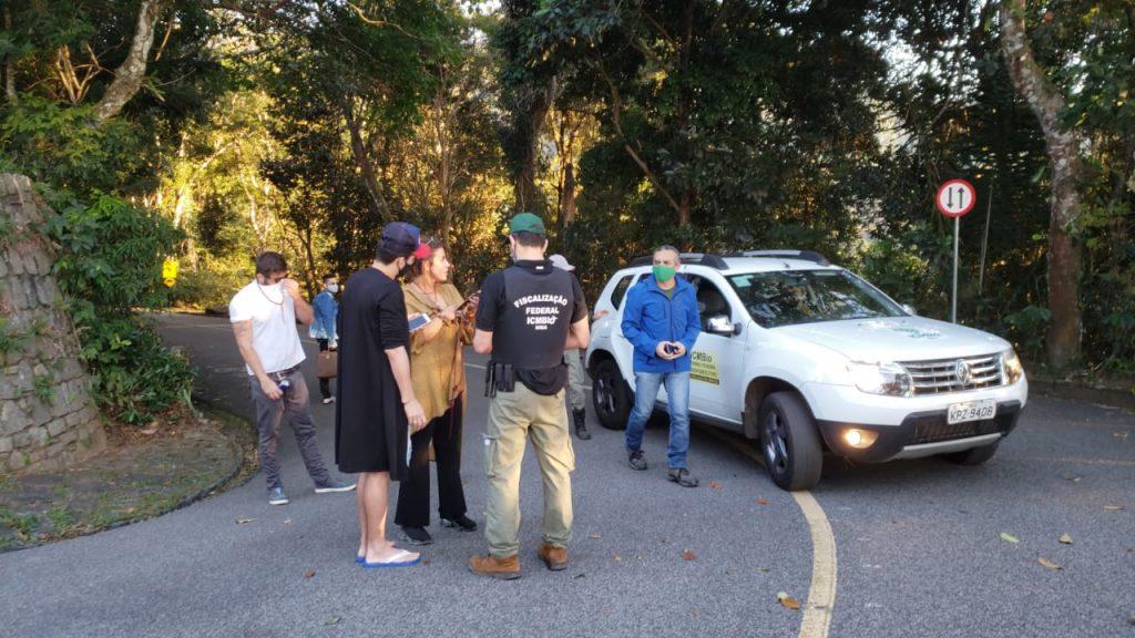 Imagem que mostra equipe de fiscalização conversando com visitantes que não usavam máscara no Parque