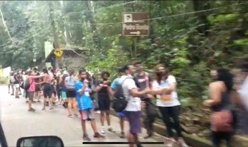 Imagem mostra pessoas aglomeradas e formando filas na área externa do Parque, sem respeito às regras de ouro da prefeitura do Rio